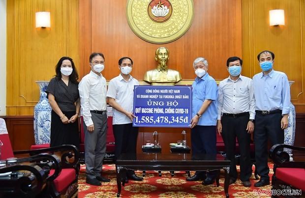 ชาวเวียดนามโพ้นทะเลมอบเงินกว่า 3 พันล้านด่งเพื่อสนับสนุนงานด้านการควบคุมการแพร่ระบาดและกองทุนวัคซีนโควิด-19 - ảnh 1